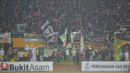 Suasana suporter Sriwijaya FC penuhi stadion. - INDOSPORT