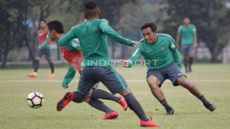 Asiten pelatih, Bima Sakti (kanan) ikut serta dalam game latihan. Herry Ibrahim - INDOSPORT