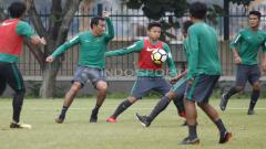 Indosport - Syahrian Abimanyu (tengah) mendapat penjagaan ketat dari asisten pelatih Bima Sakti. Herry Ibrahim