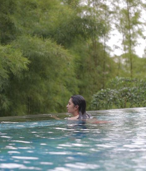 Mikha Tambayong saat berenang. Copyright: Instagram@MikhaTambayong