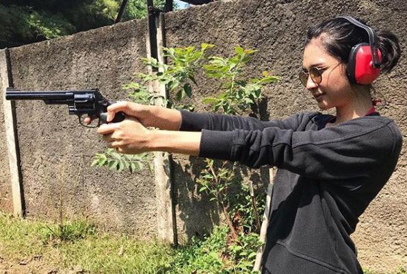 Mikha Tambayong latihan menembak. Copyright: Instagram@MikhaTambayong