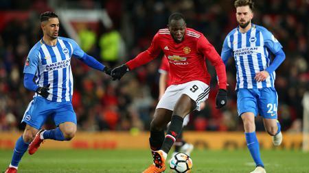 Romelu Lukaku (kanan) mencoba mempertahankan bola dari para pemain Brighton. - INDOSPORT