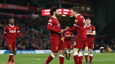 Andrew Robertson (kanan) menjadi sasaran cemoohan fans Liverpool hingga membuatnya menutup akun Twitternya. - INDOSPORT