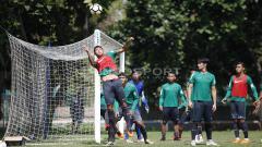 Indosport - Dalam latihan ini, pemain diinstruksikan untuk bisa memanfaatkan peluang di depan gawang lawan lewat peluang sepak pojok.