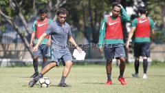 Indosport - Pelatih Luis Milla mencontohkan operan kepada pemainnya.