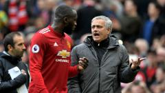 Indosport - Jose Mourinho sedang berbincang dengan Romelu Lukaku