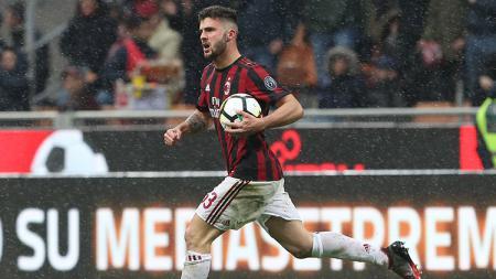 Patrick Cutrone dapatkan dukungan moral dari rekan setimnya di AC Milan, Hakan Calhanoglu. - INDOSPORT