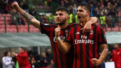 Indosport - Andre Silva (kanan) dan Patrick Cutrone (kiri) meluapkan kegembiraannya usai AC Milan berhasil unggul dari Chievo.