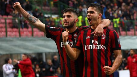 Andre Silva (kanan) dan Patrick Cutrone (kiri) meluapkan kegembiraannya usai AC Milan berhasil unggul dari Chievo. - INDOSPORT