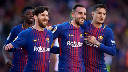 Paco Alcácer (tengah) selebarasi bersama Messi dan Coutinho usai mencetak gol pertama Barcelona. - INDOSPORT