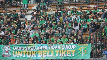 Bonek membentangkan banner tentang mahalnya harga tiket Persebaya Surabaya. - INDOSPORT