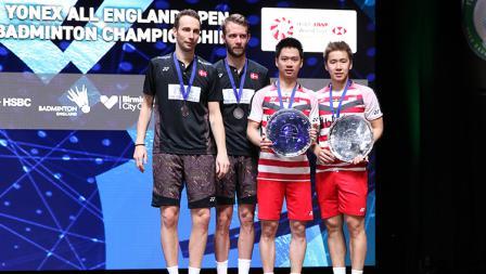 Pasangan Kevin/Marcus foto bersama dengan pasangan Denmark Boe/Mogensen di podium juara All England.
