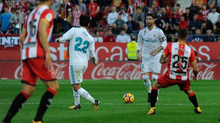 Sergio Ramos sedang menggiring bola. - INDOSPORT
