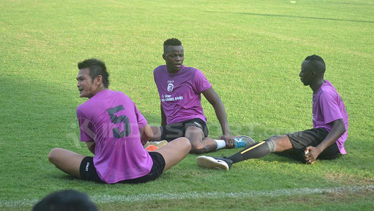 Pemain Sriwijaya FC tengah berdiskusi saat istirahat latihan. Copyright: Muhammad Effendi/INDOSPORT