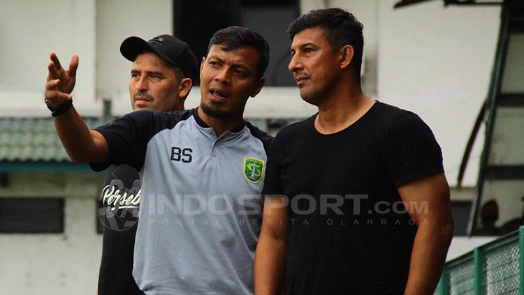 Bejo sugiantoro tengah berdiskusi dengan Angel Alfredo Vera. Copyright: Fitra Herdian/INDOSPORT