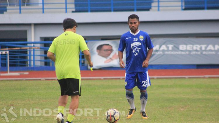 Idrus pemain Persib Bandung. Copyright: INDOSPORT/Arif Rahman