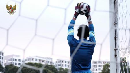 Satria Tama menangkap bola dalam sesi latihan di Singapura. - INDOSPORT