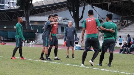 Timnas Indonesia U-23 dalam sesi latihan di Singapura. - INDOSPORT