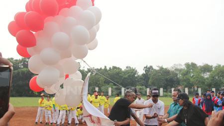 Ketua Perbabsi, Andika Monoarfa dan jajaran lainnya akan melepas balon ke udara. - INDOSPORT