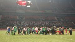 Indosport - Tim Persebaya Surabaya usai pertandingan.