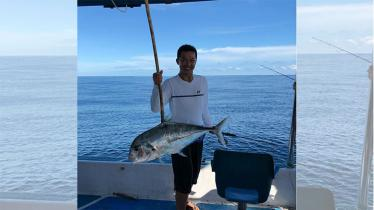 Taufik Hidayat nampak asyik mancing ikan di tengah lautan. - INDOSPORT