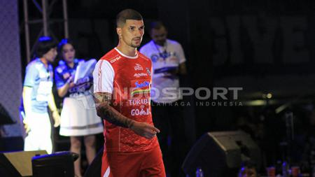 Arthur Cunha mengenakan jersey merah Arema FC. - INDOSPORT