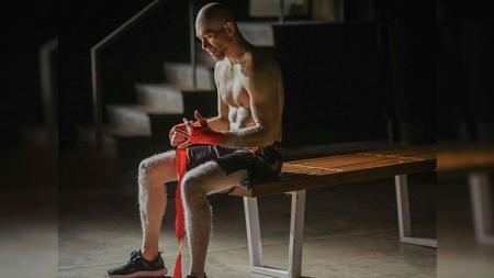 Guru MMA Randy Pangalila, Max Metino, menjajal olahraga menembak. - INDOSPORT