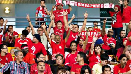Pendukung Timnas Singapura. - INDOSPORT
