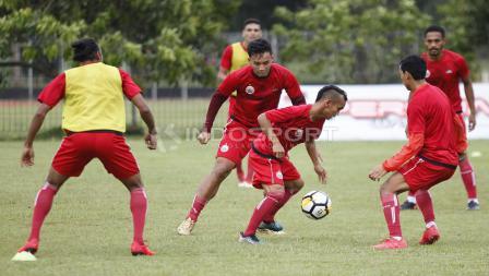 Riko Simanjuntak mencoba melewati kepungan rekannya dalam latihan.