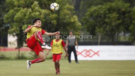 Aksi Fitra Ridwan melakukan kontrol bola.