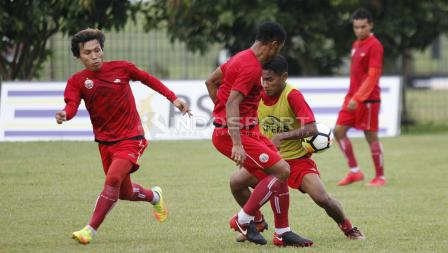 Ramdani Lestaluhu mencoba melewati hadangan Marko Kabiay.
