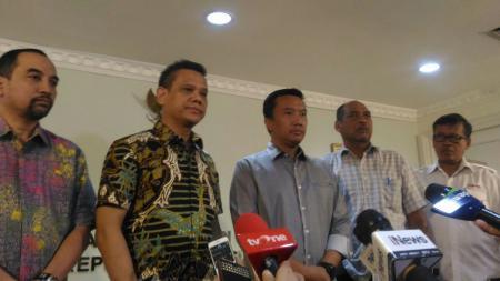 Direktur Utama PT LIB, Berlinton Siahaan  (dua dari kiri) dan Menpora, Imam Nahrawi (dua dari kanan). - INDOSPORT