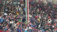 Indosport - Fans PSM Makassar yang datang untuk melihat Ferdinand Sinaga latihan.