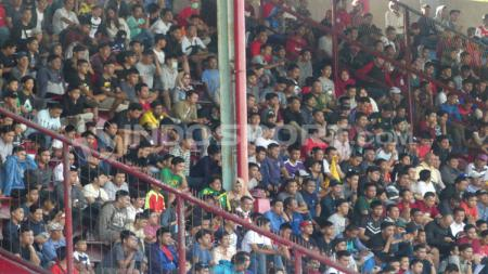 Fans PSM Makassar yang datang untuk melihat Ferdinand Sinaga latihan. - INDOSPORT