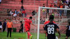 Indosport - RACHMAT AFANDI SAAT MENCETAK GOL MENGHADAPI PPLP SUMBAR PADA UJI TANDING DI STADION H AGUS SALIM, PADANG, RABU (21/03/18)