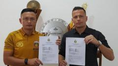 Indosport - Penyerang baru Bhayangkara FC, Nikola Komazec (kanan).
