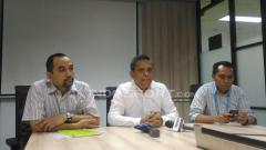 Indosport - Direktur Utama PT LIB, Berlinton Siahaan (tengah) saat mengumumkan perubahan titel Liga 1 musim 2018 di Kantor LIB, Jakarta. Perubahan titel karena Traveloka undur diri sebagai sponsor.
