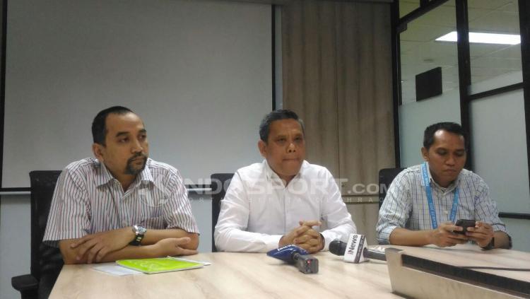 Direktur Utama PT LIB, Berlinton Siahaan (tengah) saat mengumumkan perubahan titel Liga 1 musim 2018 di Kantor LIB, Jakarta. Perubahan titel karena Traveloka undur diri sebagai sponsor. Copyright: Zainal Hasan/INDOSPORT
