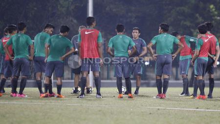 Luis Milla tengah berinteraksi dengan para pemainnya. - INDOSPORT