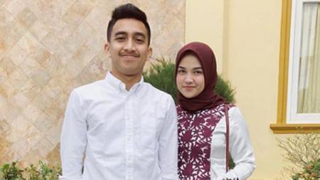 Fitra Ridwan dan istrinya Rita Nadhira. - INDOSPORT
