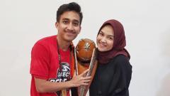 Indosport - Fitra Ridwan dan istrinya Rita Nadhira.