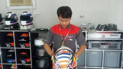 Indosport - Nathania Mugiyono, orang Indonesia yang memperbaiki helm Andrea Dovizioso.
