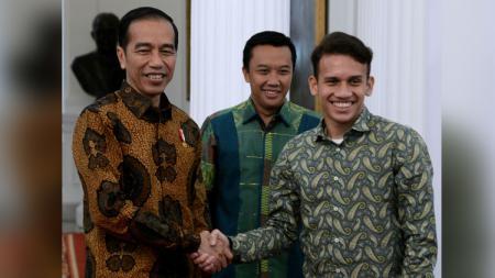 Egy Maulana Vikri berjabat tangan dengan presiden RI Joko Widodo. - INDOSPORT