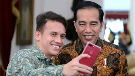Egy Mualana Vikri melakukan selfie bersama Joko Widodo. - INDOSPORT