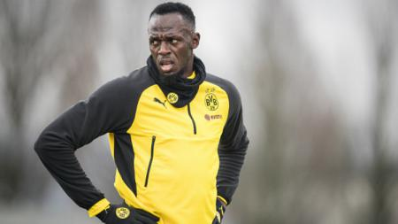 Mantan pelari Usain Bolt saat ikut latihan Borussia Dortmund. - INDOSPORT