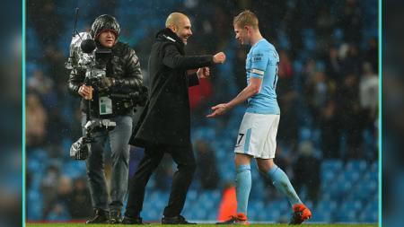 Pelatih Man City, Pep Guardiola (kiri) dan Kevin De Bruyne, pemain bintang Man City. - INDOSPORT