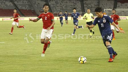 Pemain belakang Timnas U-19 menjaga ketat pergerakan pemain Jepang U-19. - INDOSPORT