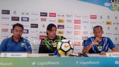 Indosport - Fernando Soler (tengah) didampingi oleh Supardi (kanan) pada saat press conference jelang laga lawan PS Tira.