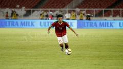 Indosport - Firza Andika saat menggiring bola.