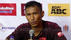 Indosport - Zulkifli Syukur dalam konferensi pers usai PSM Makassar vs PSIS Semarang.